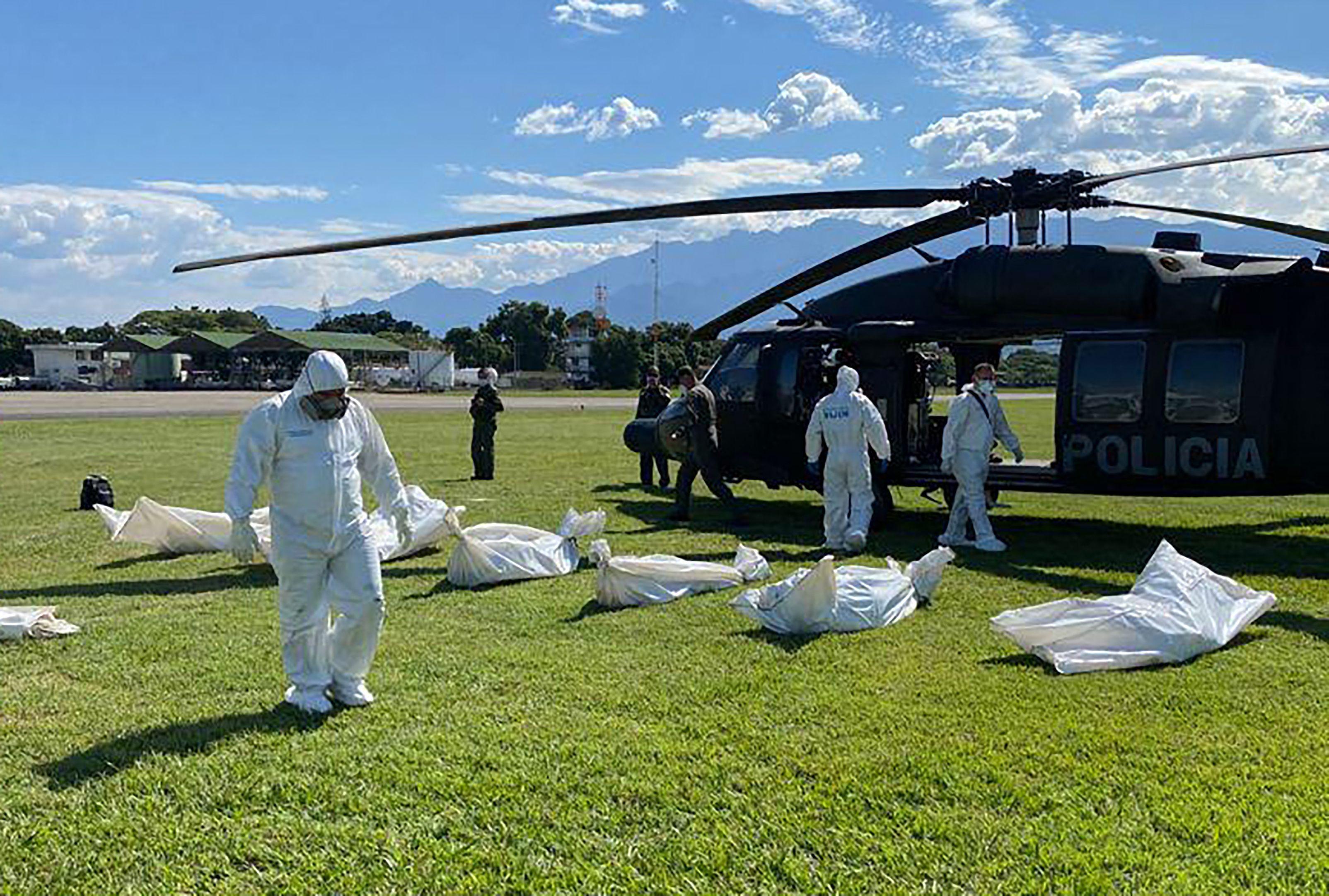 Esta foto muestra a algunos de los cuerpos que fueron extraídos del Litoral del San Juan tras el bombardeo.  / AFP