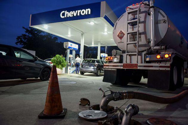 Ganancias de Exxon y Chevron caen por menores precios del petróleo