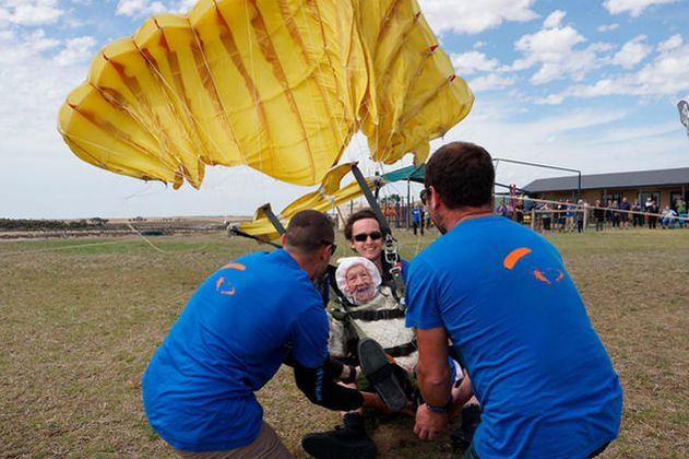 Una bisabuela de 102 años se convierte en la paracaidista más anciana del planeta