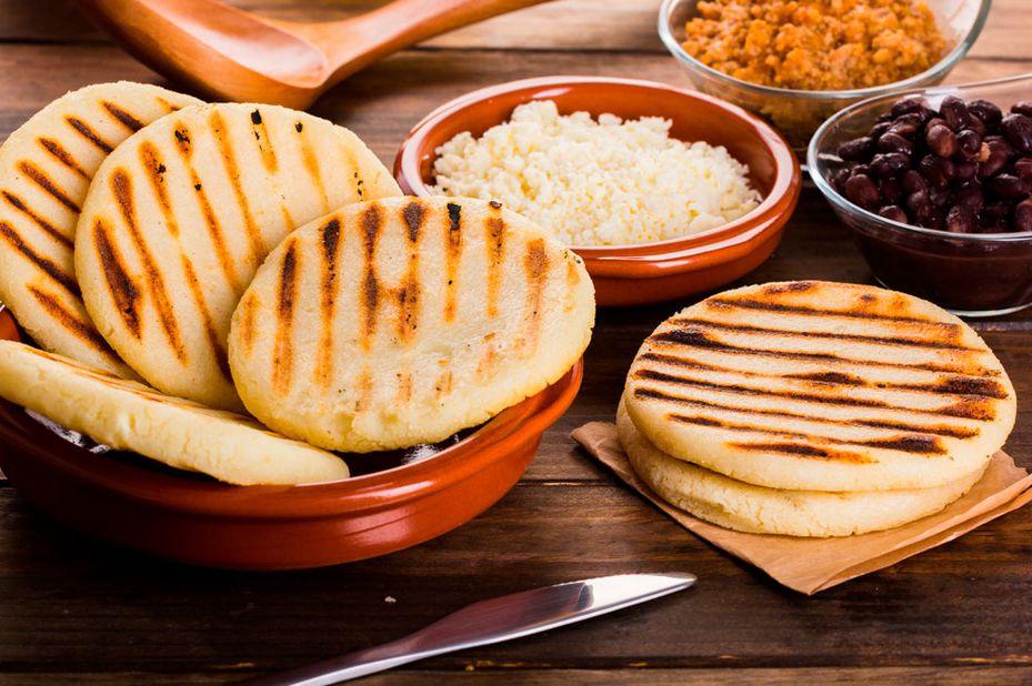 Luisito Comunica probó arepas con huevos pericos y arepa de choclo rellena de queso.