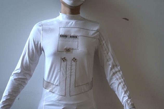 Camiseta carga pequeños dispositivos electrónicos a partir de sudor y movimiento