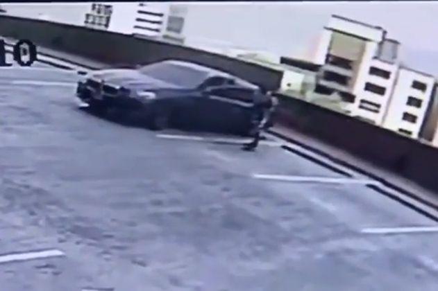 Investigan a sujetos del carro que se cayó desde un quinto piso en Medellín