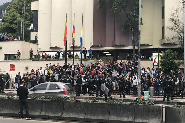 Se registran disturbios entre estudiantes de la Javeriana y la Distrital con el Esmad