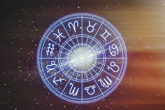 La astrología promueve que la posición de los astros en el cielo en el momento de su nacimiento puede influir en su personalidad.