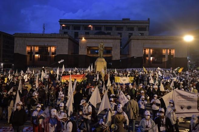 """Plaza de Bolívar. En su paso por el departamento del Meta, los ex-Farc realizaron actos simbólicos como la petición de un perdón colectivo a las víctimas de las llamadas """"pescas milagrosas""""."""