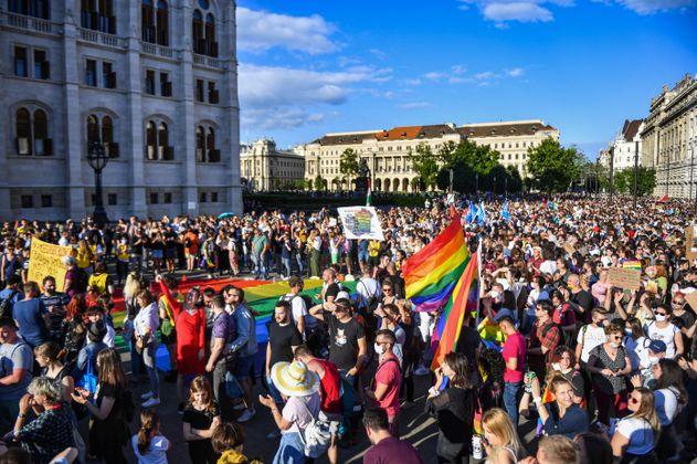 """Hungría prohíbe la """"expresión de homosexualidad"""" cerca de las iglesias"""