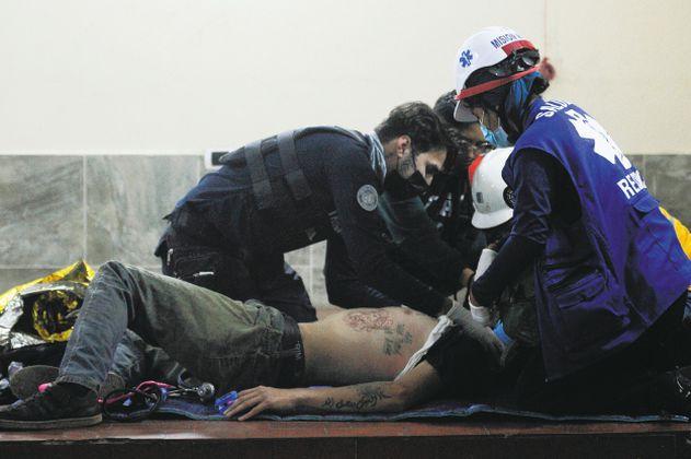 """""""Street Medic"""", los voluntarios que atienden heridos en medio de las protestas """