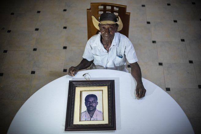 El 1° de enero de 2003, paramilitares desaparecieron a Andrés Berrío en la finca El Palmar, en San Onofre. Pese a que su cuerpo fue exhumado en 2005, pasó 16 años en un laboratorio de Barranquilla hasta que la JEP ordenó identificarlo. Hoy su familia recibe el cuerpo para darle por fin un entierro digno.