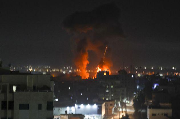 Israel advierte que continúan los ataques con globos incendiarios desde Gaza