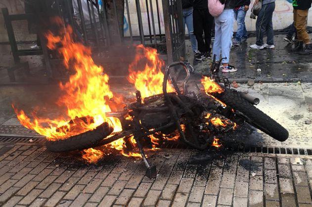 Video: En Bogotá quemaron moto y vandalizaron CAI en medio del Paro Nacional
